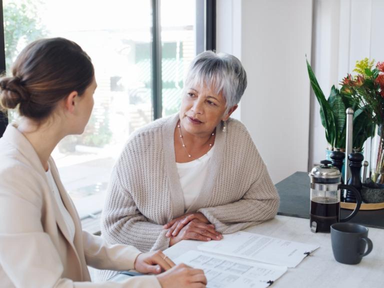 Rozmawiające kobiety przy biurku
