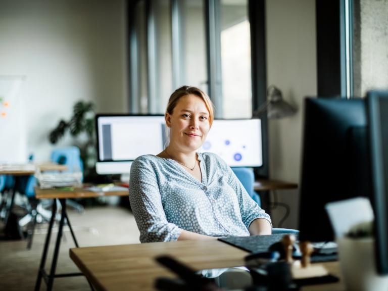 Zadowolona kobieta przy biurku