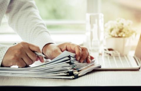 Sterta dokumentów nastole